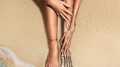 detalj från planschen till filmen old. Ett ungt ben och ben av vilket återstår endast skelettet.