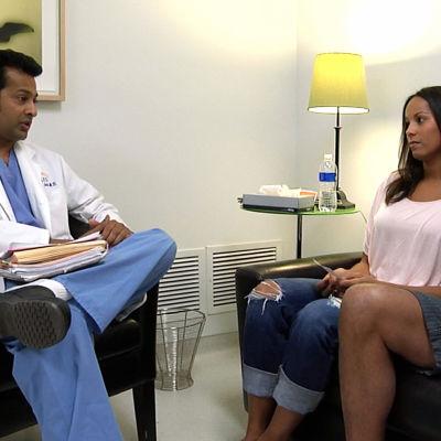 Pariskunta lääkärin vastaanotolla dokumentissa Tuleva vauvani