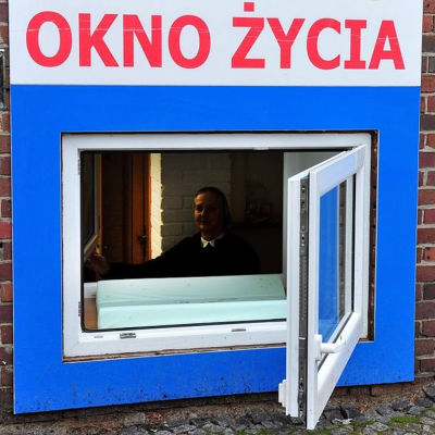 Fönster genom vilken man kan stoppa in övergiven baby