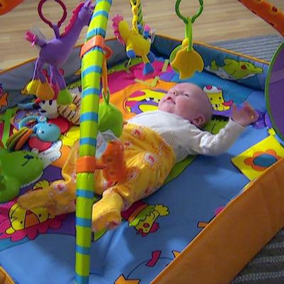 Vauva makaa alustalla.