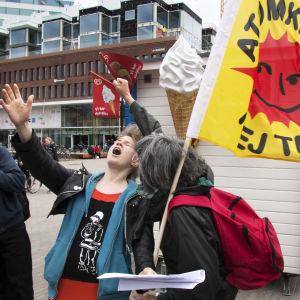Demonstration mot kärnkraften i Umeå centrum, ung man sjunger
