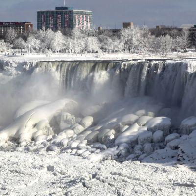 Suurimmaksi osaksi jäätynyt vesiputous.