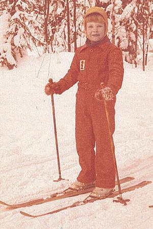 Tuhkimotarinoiden Eija lapsena hiihtämässä