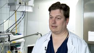 Ortopedian ja kirurgian erikoislääkäri Antti Launonen haastattelukuvassa