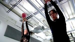 Nainen ja mies treenaavat kahvakuulilla.
