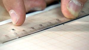 VIivottimella mitataan paperin ruudukoita.