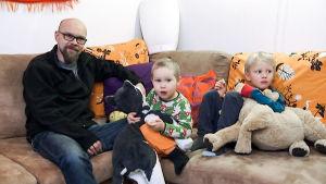 Jani, Miska ja Otso Nevala istuvat sohvalla.