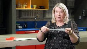 Johanna Zalagh esittelee käsissään gynekologista verkkoa.