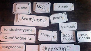 Skyltar på dialekt vid KH Renlunds museum i Karleby.