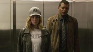 Brie Larson och Samuel L. Jackson står i en hiss i  filmen Captain Marvel.