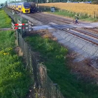 En cyklist nära bli påkörd av tåget i Nederländerna.