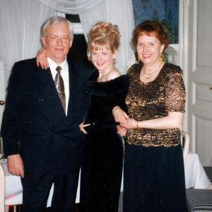 Tutkija Taina Kinnusen valmistujaisjuhlaan osallistuivat myös tutkimuskohteita. Kuvassa Taina Kinnusen vierellä vanhempi mies ja vanhempi nainen.