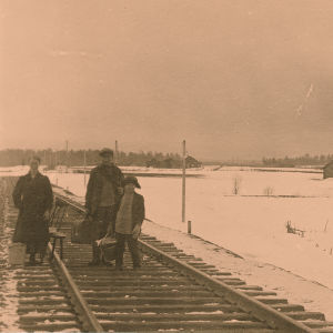 Kannaksen rintama. Taisteluja pakeneva perhe vähäisine tavaroineen ratakiskoilla huhtikuussa 1918.