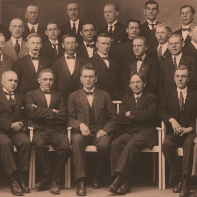 Oulun Työväenyhdistyksen mieskuoro Oras 1925. Kuoronjohtaja Knut Kangas edessä keskellä.