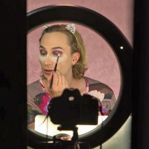 Drag Queen Candy Crash kuvaa meikkausaiheista YouTube-videota ohjelmassa 24 tuntia Euroopassa