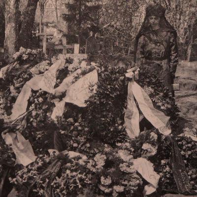Alma Kuula miehensä Toivo Kuulan haudalla 28. toukokuuta 1918.