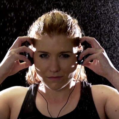 Pernilla Karlsson tar på sig hörlurarna.