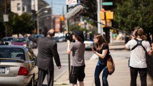 Brooklynin pojat -dokumentin kuvausryhmä New Yorkin kadulla.