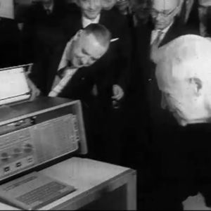 Elannon pääjohtaja Väinö Tanner tutkii IBM-tietokonetta.
