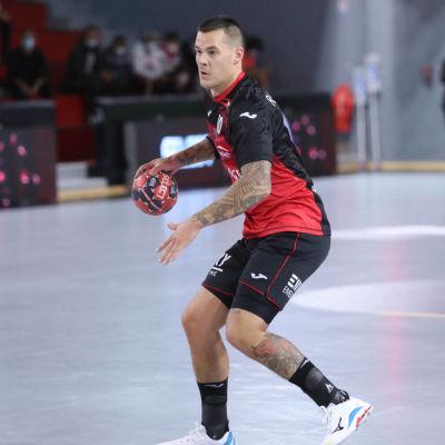 Ivrys Nico Rönnberg i den franska ligamatchen mot Saint-Raphaël.