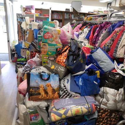 Iso kasa lahjoitettua tavaraa Kajaanin Hope ry:n tiloissa