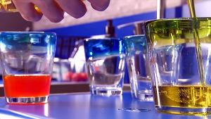 Erilaisia öljyjä kaadetaan laseihin.