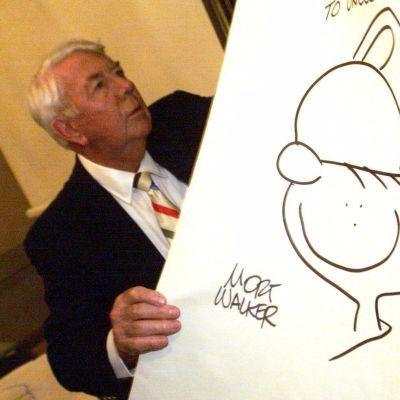 Äldre man håller i teckning
