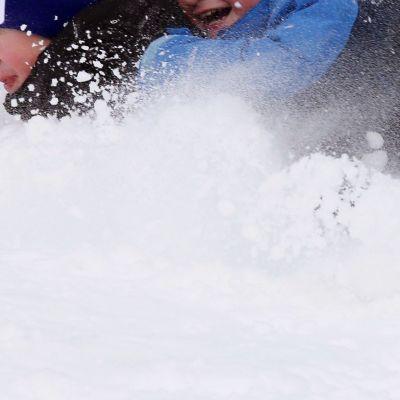 Lapset leikkivät lumessa.