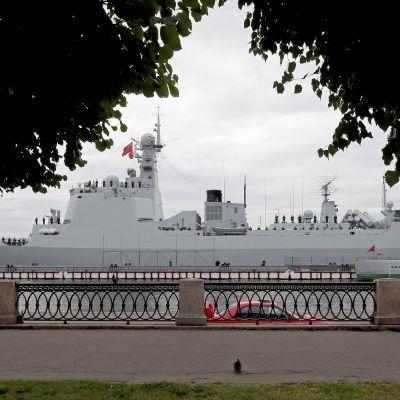Kiinan laivaston ohjushävittäjä Xi'an osallistumassa Venäjän laivaston päivän paraatiin Pietarissa