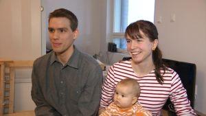 Fredric och Laura Portin med Amelie, 5 månader, januari 2015.