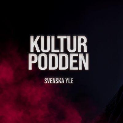 På bilden till vänster finns Kulturpodden-logotypen, omgiven av en rödaktig rökridå. På vänstra sidan av bilden finns en redaktör Silja Sahlgren.