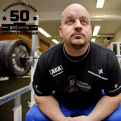 Kenneth Sandvik sitter på en bänk och funderar.