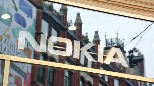 Texten Nokia tejpad i ett skyltfönster