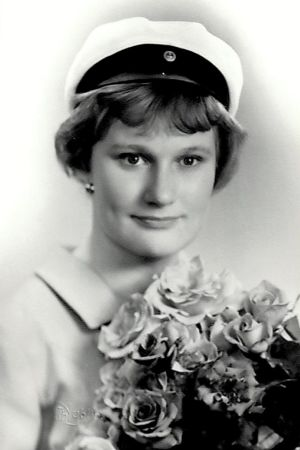 Ett svartvitt studiofotografi på en kvinnlig student.