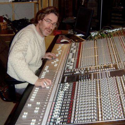 Dan Tigerstedt bakom mixerbordet i kontrollrummet.