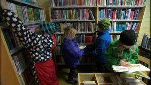 Skolbarn lånar böcker i Bergö bibliotek, Malax