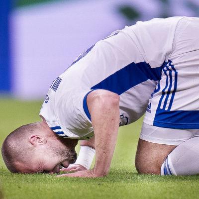 FC Köpenhamn-spelare biter i gräset.