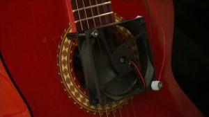 Lähikuva elektronisesti viritetystä kitarasta.