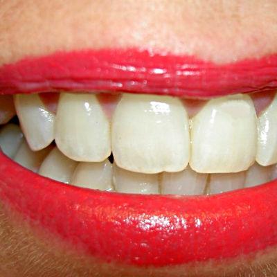 Tänder och målade läppar