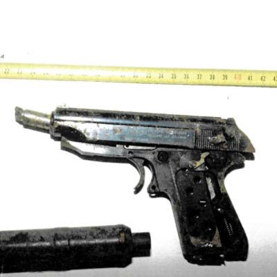 Pistooli ja äänenvaimennin, joita käytettiin rikollisjohtaja Osmo Ahlqvistin murhassa.