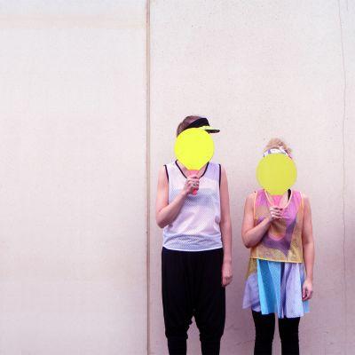 Kaksi  lasta esittlee Ostockin materiaaleista valmistettuja vaatteita.