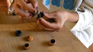 Kvinna tillverkar miniatyrer.