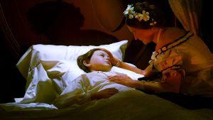 Willie Lincoln ligger i sjukbädd med kvinna sittandes bredvid sängen. Hon tröstar. Han  kommer att dö i tyfus.