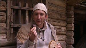 Stradan Ivan leivänpala kädessään.