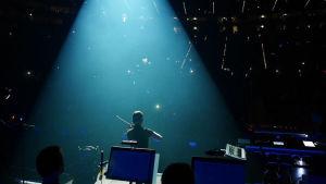 Tämä kuva on Sunrise Avenuen rundilta, missä olin mukana niin rivi- kuin sooloviulistina. Tässä soitan sooloa Lanxess arenalla Kölnissä, yleisöä 14 000. Ikimuistoisia hetkiä!