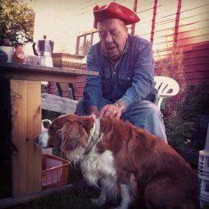 Seppo Mattila silittää Elsa-koiraa.
