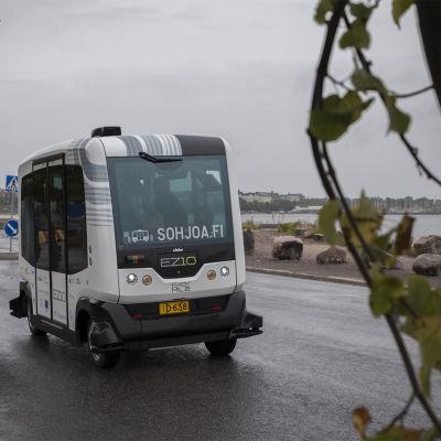 En förarlös buss kör på Ärtholmen i Helsingfors