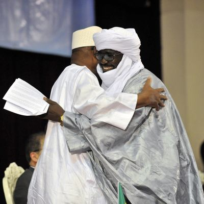 Malin presidentti ja toinen mies syleilevät.