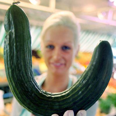 Melanie Rueter esittelee käyrää kurkkua Hampurissa Saksassa kesäkuussa 2009.
