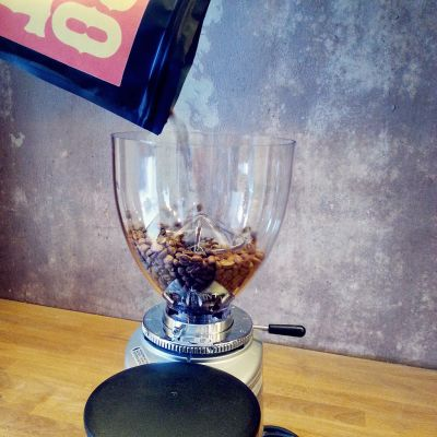 Kahvimylly jossa papuja